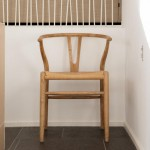 Vintage tout à fait dans l'esprit naturel du meuble scandinave pour cette chaise en chêne massif.